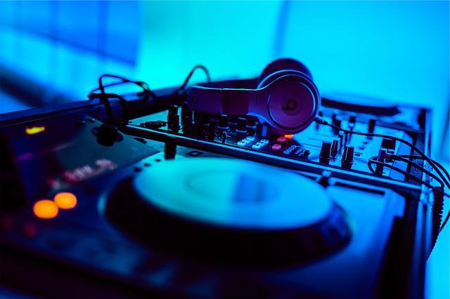 DJ na wesele lepszy niż zespół. Zobacz dlaczego!
